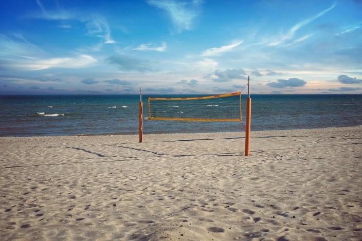 แค่เตรียมลูกยาง กางตาข่ายบนชายหาด ก็สามารถสนุกได้กับบีช วอลเลย์บอล